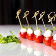 Тортинка с помидором и моцареллой Фото