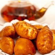 Пирожок с груздями, картофелем и луком Фото