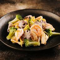 Салат с кальмарами,креветками,осьминогом Фото