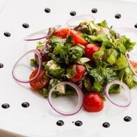 Салат из рукколы с говядиной, сыром фета Фото