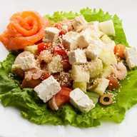 Салат с креветками и сыром фета Фото