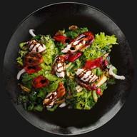 Салат с зеленью и томатами Фото