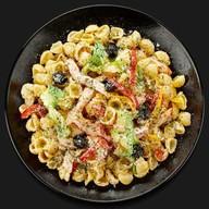 Паста с курицей и овощами в соусе Фото