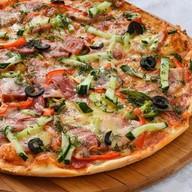 Пицца с ветчиной и копченостями Фото