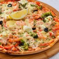 Пицца с тигровыми креветками, семгой Фото