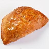 Пирожок печеный с печенью и яйцом Фото