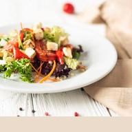 Салат с овощами, сыром фета и киноа Фото