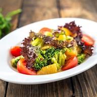 Салат с брокколи, мятой и соусом Фото