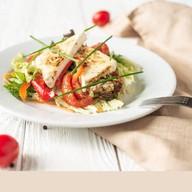 Салат овощной с печеным сыром Фото