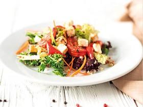 Салат с овощами, сыром фета и киноа - Фото
