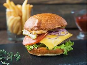 Бургер с говядиной, сыром и корнишонами - Фото
