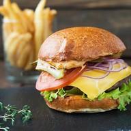 Бургер с говядиной, сыром и корнишонами Фото
