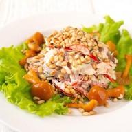 Салат с говядиной и кедровыми орешками Фото