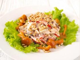 Салат с говядиной и кедровыми орешками - Фото