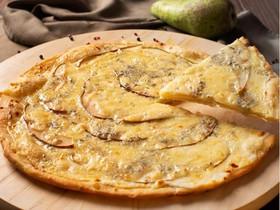 Пицца с грушей и сыром дор-блю - Фото