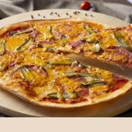 Пицца с колбасой, корнишонами и чеддером Фото