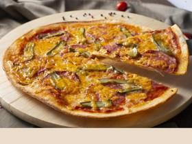 Пицца с колбасой, корнишонами и чеддером - Фото