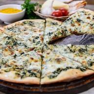Пицца с курицей и шпинатом Фото
