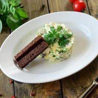 Салат с сельдью и гренками Фото