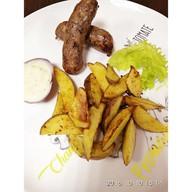 Картофельные дольки с колбасками Фото