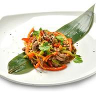 Тайский салат с говядиной и овощами Фото