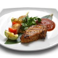 Стейк из свинины на кости с овощами Фото