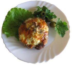Бифштекс из свинины с сыром и томатами - Фото