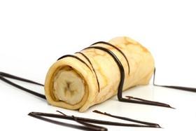 Блин с бананом и шоколадным топпингом - Фото