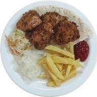 Шашлык из филе курицы с картофелем фри Фото