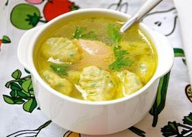 Суп с клецками и куриными фрикадельками - Фото
