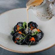 Черные пельмени с лососем Фото