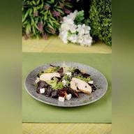 Салат с куриным филе, мягким сыром Фото