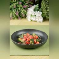 Тартар из тунца, томатов и брокколи Фото