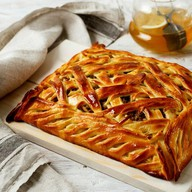 Пирог с мясом и картофелем под сыром Фото