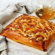 Пирог с запеченными яблоками и корицей Фото