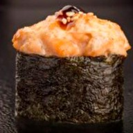 Гункан суши с лососем (спайси) Фото