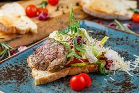 Стейк-салат с овощами на чиабате - Фото