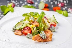 Салат с теплым лососем и мятным сыром - Фото