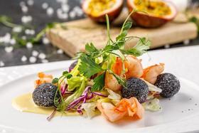 Салат с креветками и тропическим соусом - Фото