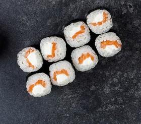 Ролл с лососем и сливочным сыром - Фото