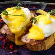 Яйцо Бенедикт с соусом и беконом Фото