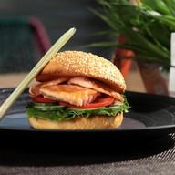 Бургер Lemongrass с филе лосося Фото