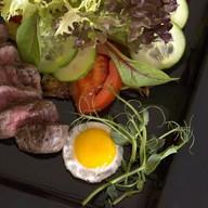 Салат с теплой телятиной, соусом барбекю Фото