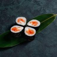 Ролл с лососем, сыром и икрой тобико Фото