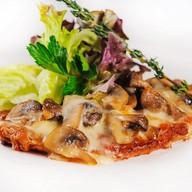 Свинина запечённая с грибами и сыром Фото