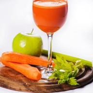 Яблочно-морковный фреш с сельдереем Фото