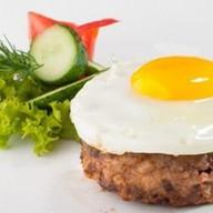 Бифштекс рубленый из говядины с яйцом Фото