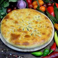 Осетинский пирог с зеленым луком и сыром Фото