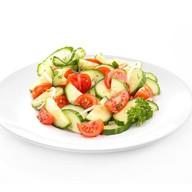Салат из свежих помидоров и огурцов Фото
