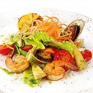 Теплый салат с морепродуктами и овощами Фото